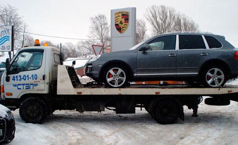 Автомобиль Porsche Cayenne на эвакуаторе компании «СТЭП» фото